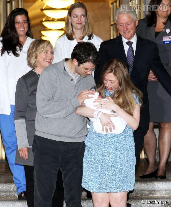 Hilary Clinton, radieuse, Bill Clinton, bienveillant... Les photos de la sortie de la maternité de la petite Charlotte Clinton Mezvinsky font plaisir à voir.