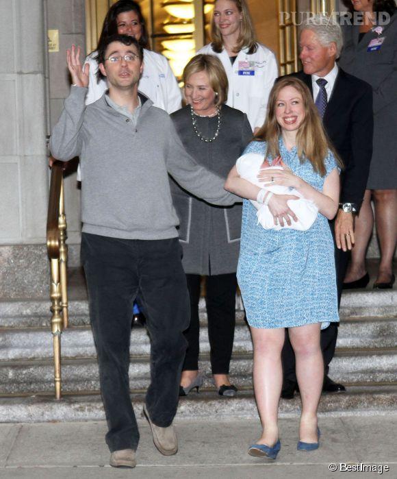 Chelsea Clinton n'est pas sans nous rappeler Kate Middleton avec sa petite robe bleu, son sourire et son bébé emmailloté dans les bras.