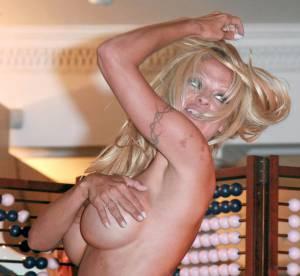 Pamela Anderson : un sein à l'air en pleine rue