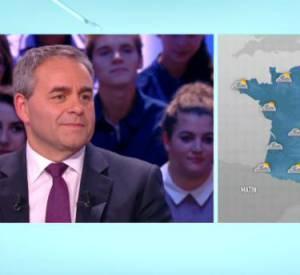 Xavier Bertrand faussement amusé par la rubrique d'Alison Wheeler et Monsieur Poulpe sur le plateau de Canal+.