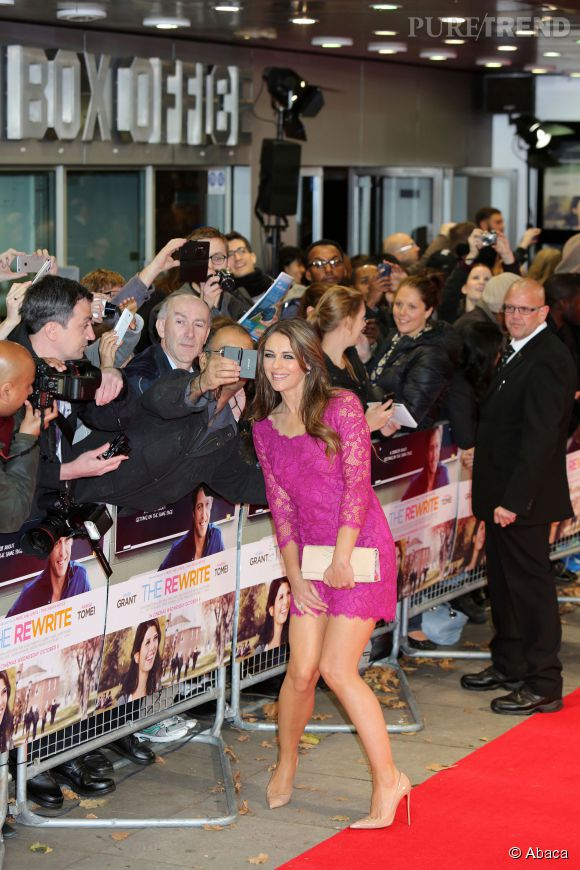 "Liz Hurley prend la pose sur le red carpet de la première de ""The Rewrite"" à Londres le 7 octobre 2014."