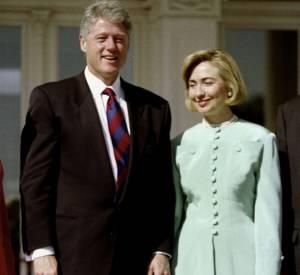 Hillary aux côtés de son mari en tailleur vert d'eau en 1995.