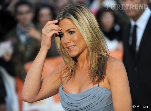 Jennifer Aniston fait bonne figure mais souffre de ne pas pouvoir avoir d'enfants contrairement à ses copines qui deviennent peu à peu toutes mamans...