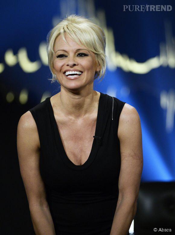 """Pamela Anderson sur le plateau de """"Skavlan"""" une émission de télé suédoise le 23 octobre 2014."""