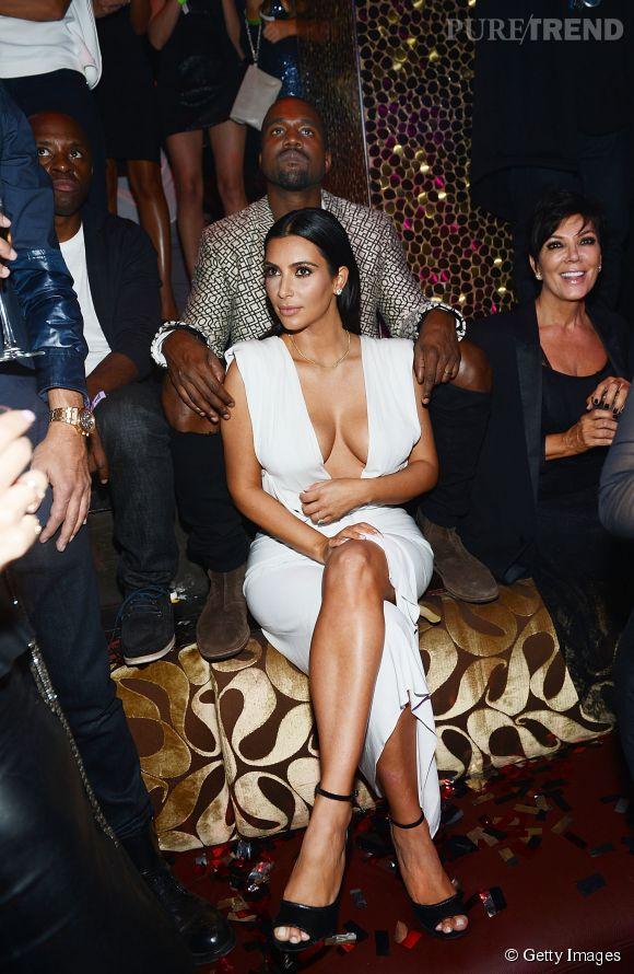 Kim Kardashian et Kanye West célèbrent les 34 ans de la bimbo au club Tao de Las Vegas le 24 octobre 2014.