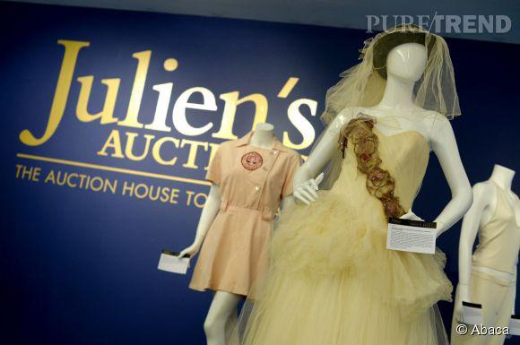 """La robe de mariée de Madonna portée en 1985 est l'un des points culminants de la vente aux enchères """"Icons and Idols : Rock'n'roll"""" par Jullien's Auctions le 7 et 8 novembre 2014 à Beverly Hills."""