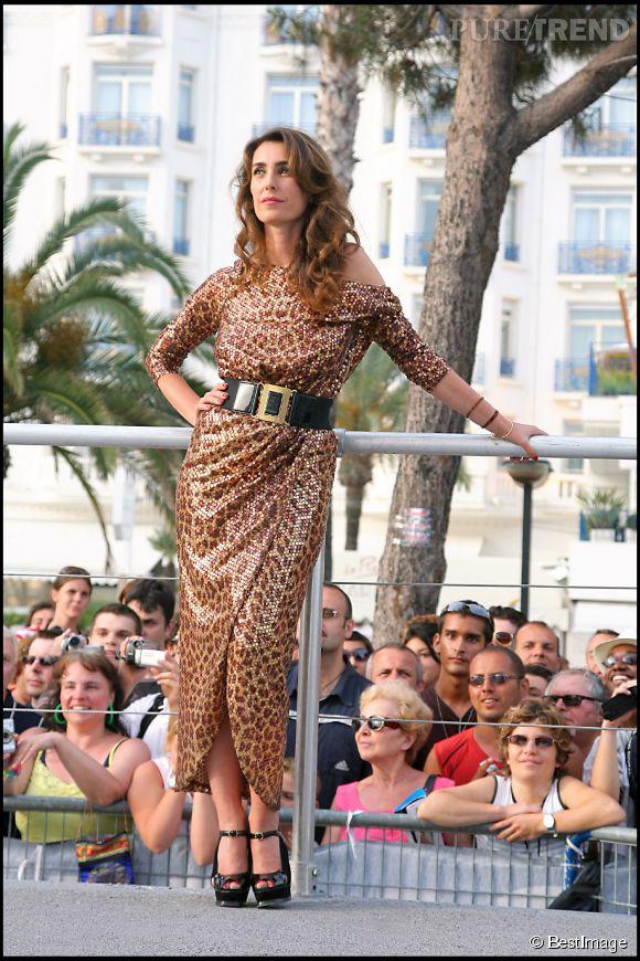 """Sur le plateau du """"Grand Journal"""" de Canal+, lors du 60ème festival de Cannes, Mademoiselle Agnès porte comme personne la longue robe imprimée léopard."""