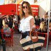 """Être en """"mode"""" farniente et avoir du style ne sont pas incompatibles pour Mademoiselle Agnès. La preuve avec cette tenue chic lors du défilé Croisière Chanel, en mai 2010 à Saint-Tropez."""