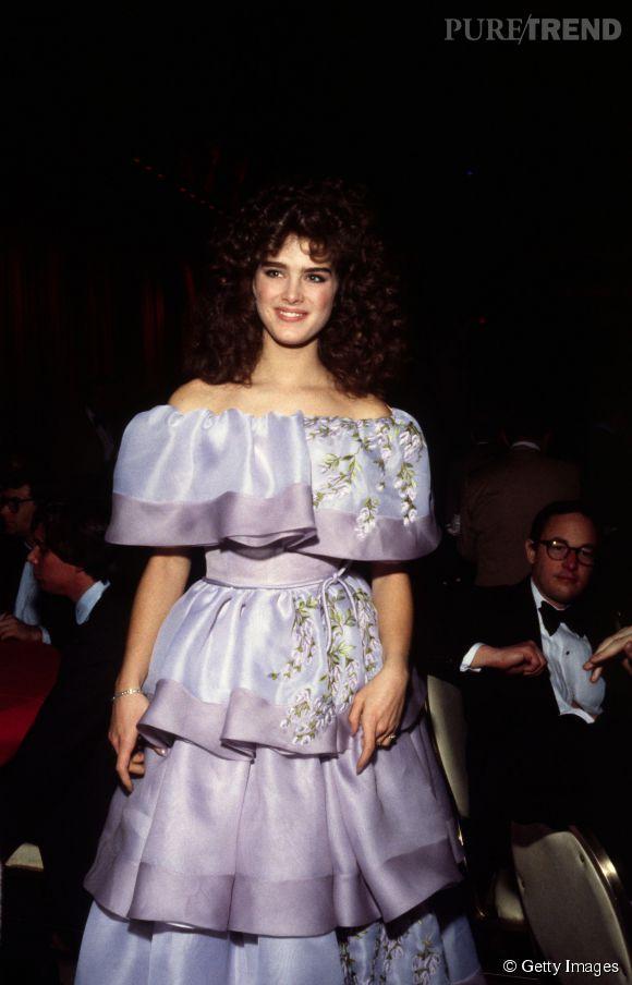 Brooke Shields en 1982 :  lorsque la belle foule le tapis rouge, elle a souvent l'air d'aller à un bal de promo, les 80's dans toute leur splendeur.