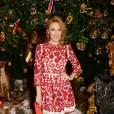 Kylie Minogue joli chaperon rouge pour le Noël de Dolce & Gabbana au Claridge's à Londres le 19 novembre 2014.