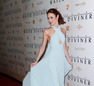 Olga Kurylenko fait virevolter sa robe Prada bleu ciel. On dirait un ange.