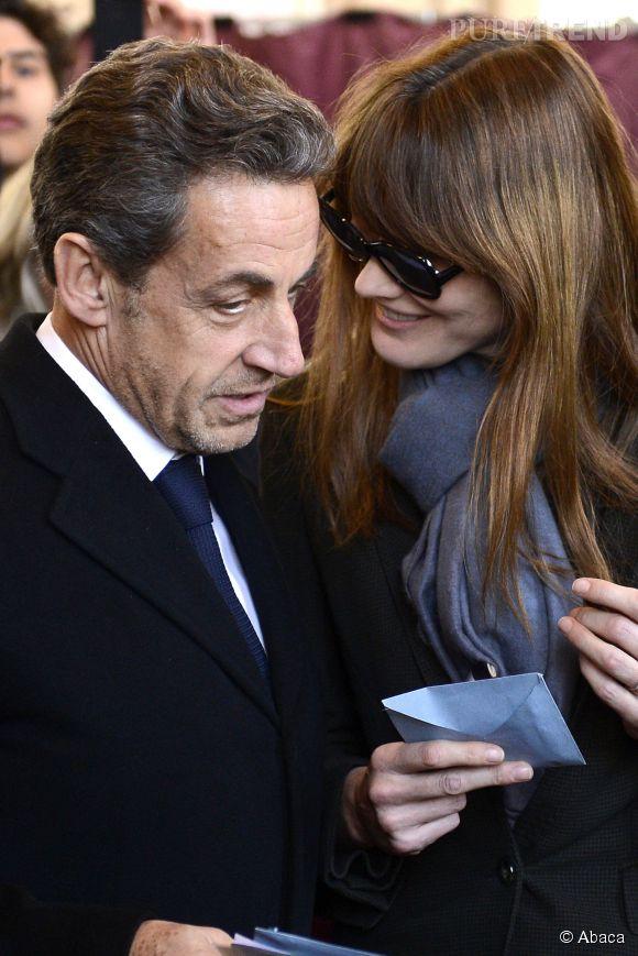 Nicolas Sarkozy et Carla Bruni complices lors du vote du premier tour des municipales en mars 2014.