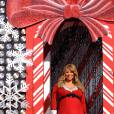 Ah non pas du tout. Mariah Carey n'a pas peur de jouer les mères Noël même très enceinte, l'important est que la robe soit courte voyons.