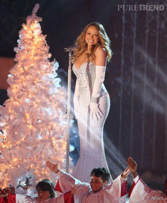 Mariah Carey réinterprête la tenue de Noël à loisir. Ici, elle opte par exemple pour une apparition 100% diva avec une robe neige et strass comme le sapin.
