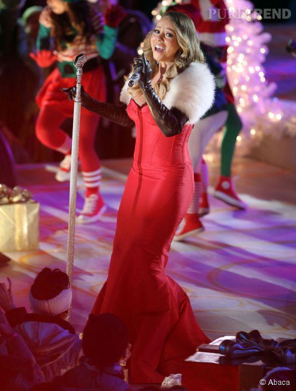 Robe moulante + rouge + fourrure, la vraie mère Noël doit être bien jalouse.