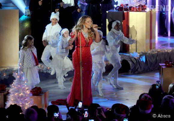 Mariah, mi-mère Noël mi-pin up.