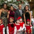 La famille Obama au grand complet avec une foule de petits lutins de Noël.