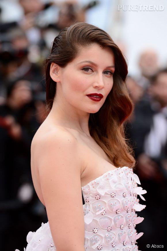 Sur un teint diaphane à peine rehaussé d'un blush, Laetitia Casta adopte le rouge à lèvres bordeaux. Le regard est mis en valeur par un simple trait d'eye-liner noir.