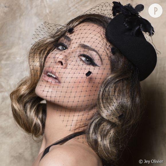 Clara Morgane, une beauté à qui le style rétro va à ravir. Eye-liner, bibi et fine voilette... Elle est sublime.