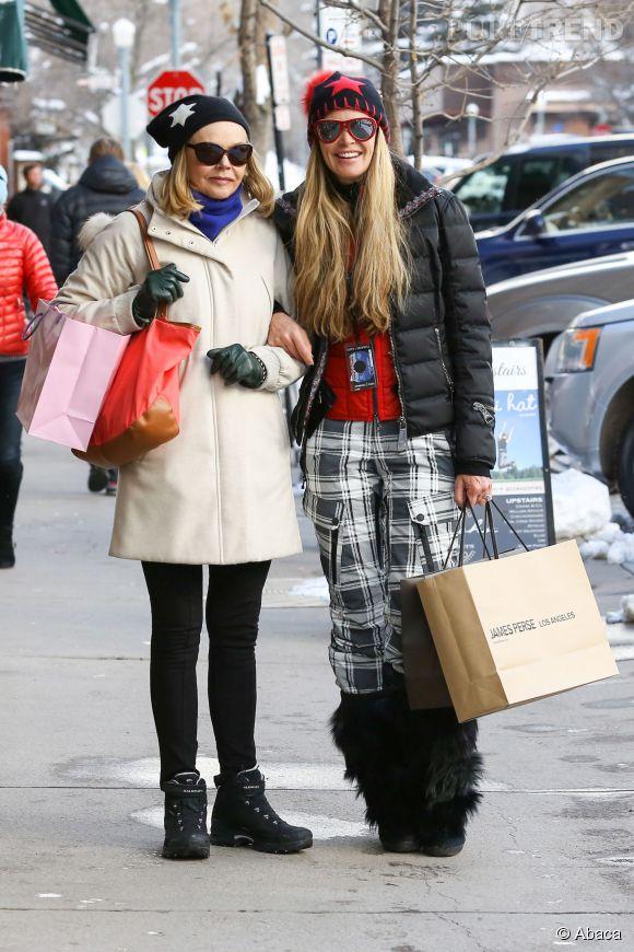 Elle Macpherson et sa maman dans les rues d'Aspen le 23 décembre 2014.