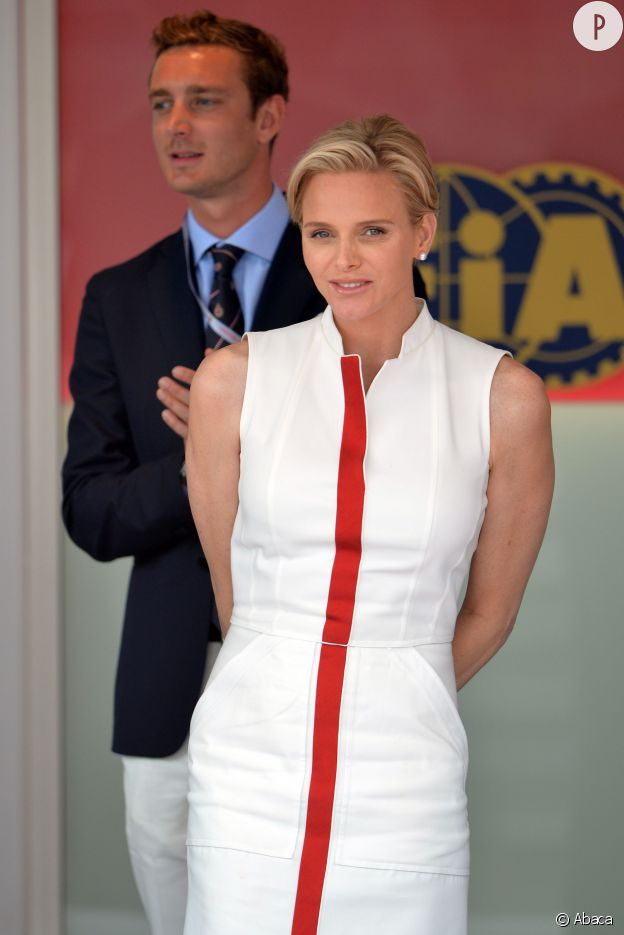 Charlène de Monaco dans une robe blanche à liseret rouge au Grand Prix de Monaco, en mai dernier.