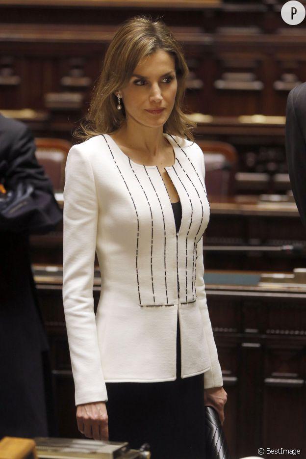 Letizia Ortiz, élégante dans sa veste blanche cintrée au palais Montecitorio, à Rome, au mois de novembre.