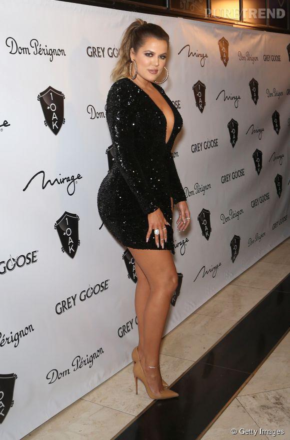 Khloe Kardashian ne laisse pas de mystère sur sa silhouette dans cette robe courte, moulante, fendue et décolleée !