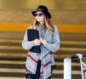 Une veste à franges, un slim et des bottines, Leighton Meester a tout bon. Le plus ? Sa pochette pour la touche working girl.
