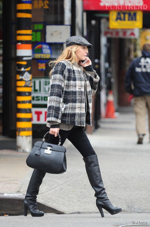 Enceinte ou pas, Blake Lively sait qu'un manteau droit aime les pantalons ajustés. Et pour la touche sexy, elle ose des cuissardes à talon. Tout bon !