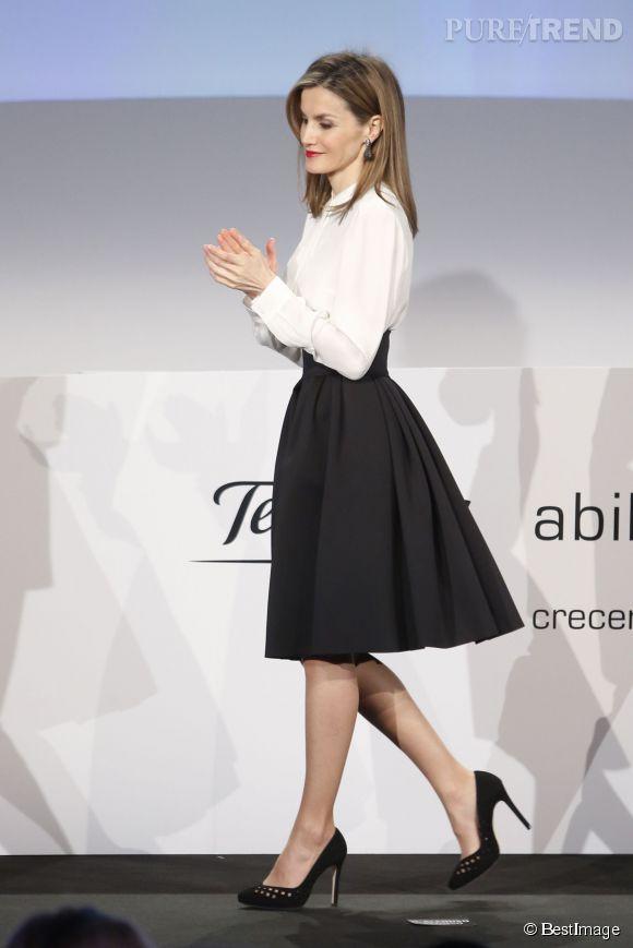 Letizia d'Espagne sait comment orchestrer une tenue comme personne. Coupe ajustée qui met en valeur sa silhouette, noir et blanc au chic intemporel... Elle a bon goût, c'est indéniable.