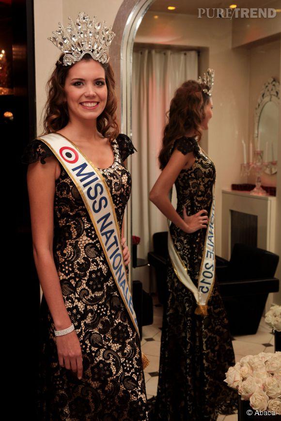 Allison Evrard en robe en dentelle, pour assister à une conférence de presse à Paris.