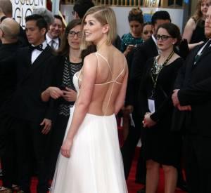 Rosamund Pike a craqué pour cette robe très dénudée. Un mois seulement après avoir accouchée, elle se dévoile comme jamais !