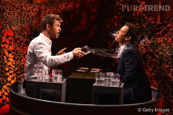 Chris Hemsworth et Jimmy Fallon au jeu de la bataille d'eau.