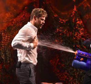 Chris Hemsworth se fait arroser sur le plateau de Jimmy Fallon le 14 janvier 2015.