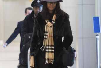 Naomi Campbell : son look chic à l'aéroport, à shopper