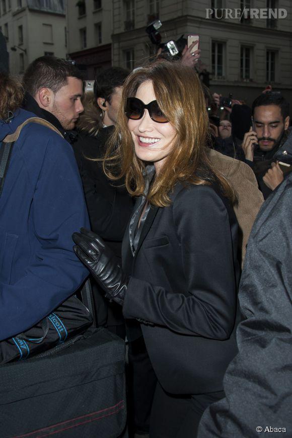 Carla Bruni a fendu la foule agglutinée devant la maison Gaultier.