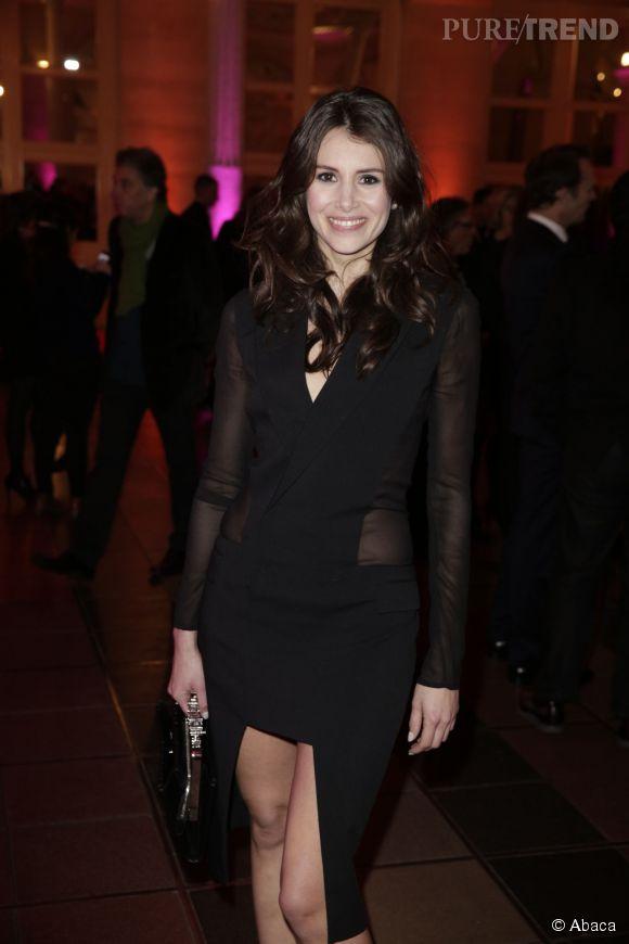 Louise Monot resplendissante en total look black.