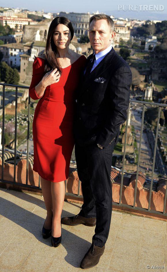 Monica Bellucci joue les James Bond Girl femme fatale en robe rouge.