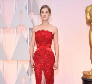 Oscars 2015 : Rosamund Pike, altière dans sa robe rouge passion signée Givenchy Couture.