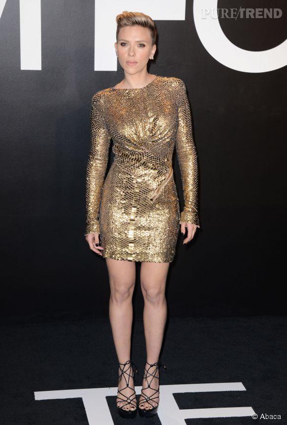 Scarlett Johansson dans une petite robe dorée au défilé Tom Ford automne-hiver 2015-2016, vendredi à L.A.