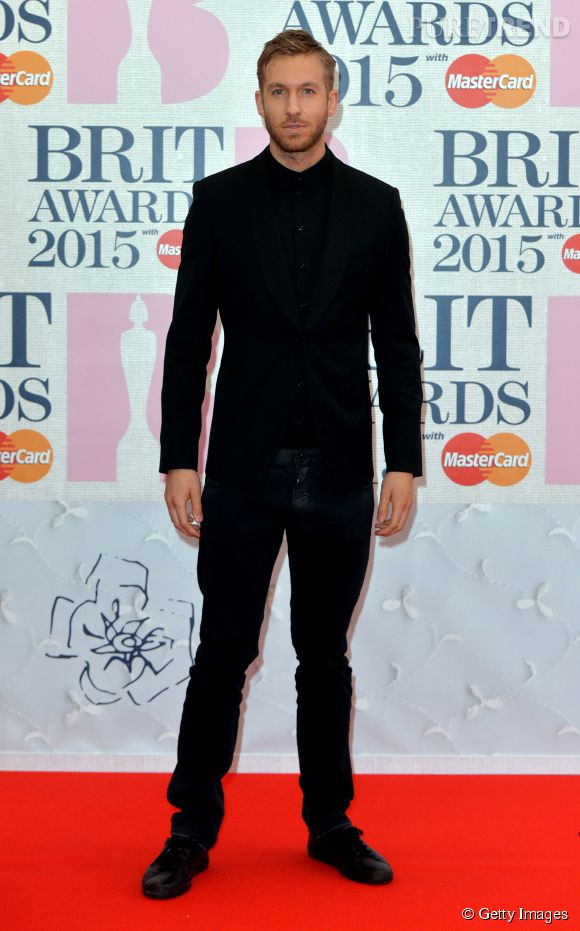 Calvin Harris total look noir ultra hot aux Brit Awards 2015 le 25 février à Londres.