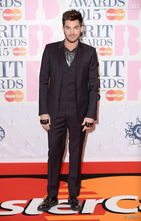 Adam Lambert, bête de mode made in USA aux Brit Awards 2015.