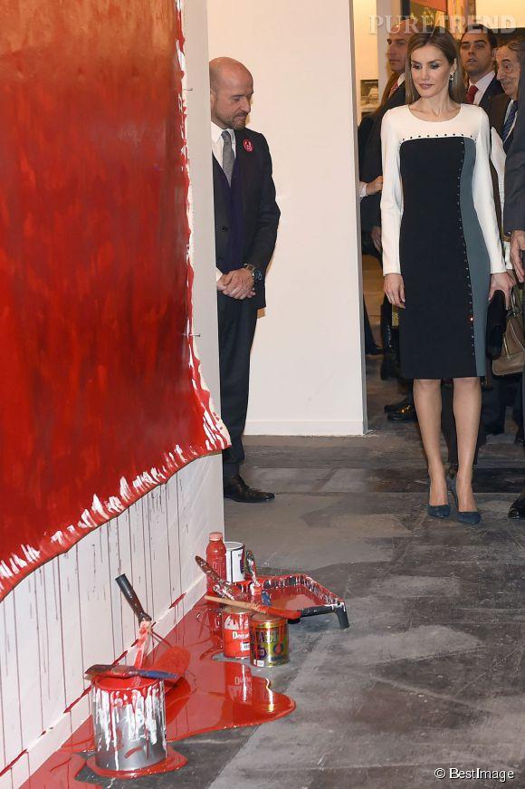 Letizia Ortiz goûtant aux joies de l'art contemporain.