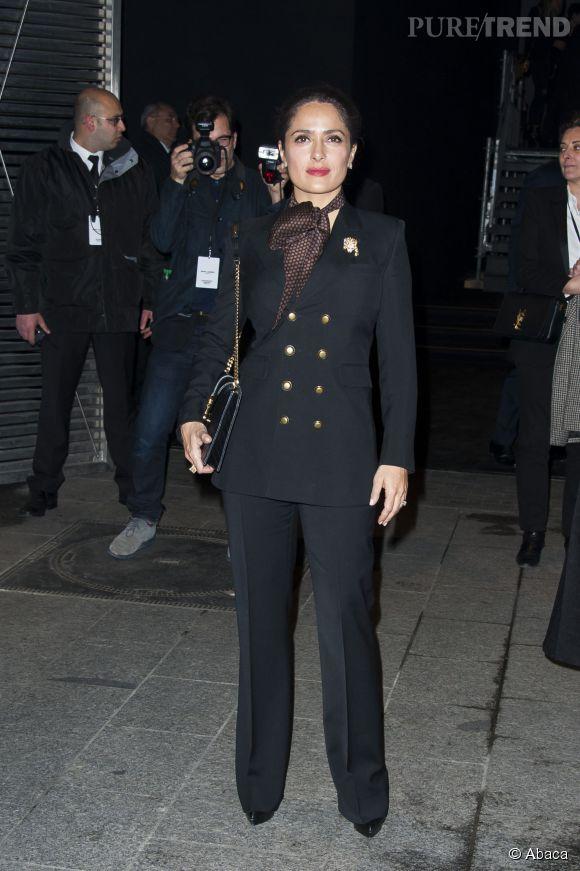 Habituée de la Fashion Week, Salma Hayek était une garçonne chic hier au défilé Saint Laurent.