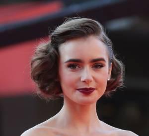 Le carré court peut aussi bien s'adopter version sauvage ou rétro glamour comme Lily Collins