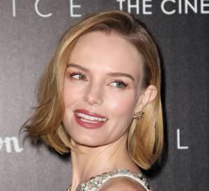 Le carré court est plus moderne si adopté avec une raie de côté comme Kate Bosworth