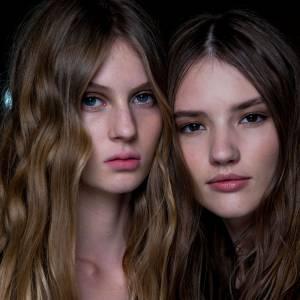 Cheveux longs : trouvez la coiffure parfaite pour une soirée ! Pourquoi pas une crinière wavy sensuelle ? Inspiration : défilé Alberta Ferretti.
