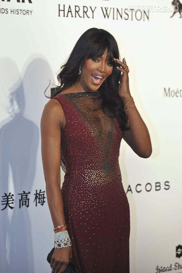 Naomi Campbell très décolletée à Hong Kong le 14 mars 2015.