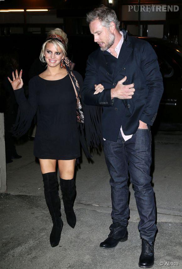Jessica Simpson exhibe ses jambes fuselées dans une robe pull au bras de son mari.