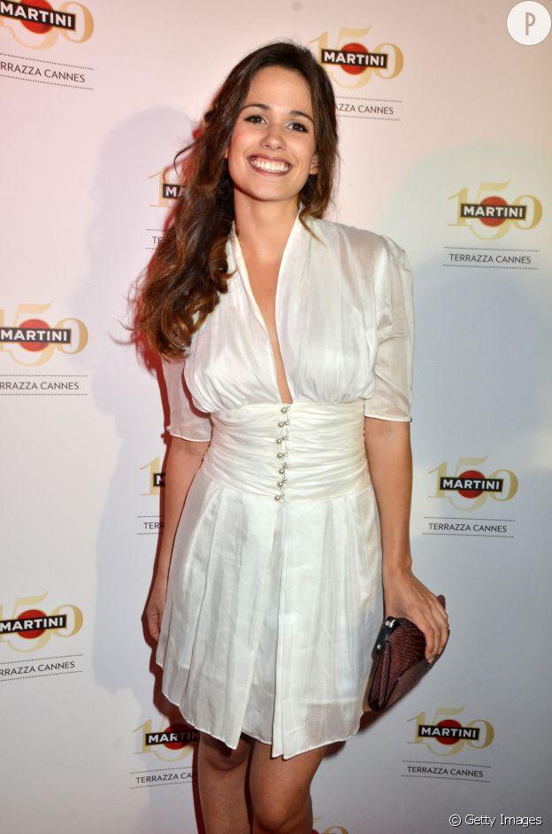 Lucie Lucas sexy dans une robe en satin lors du Festival de Cannes 2013.